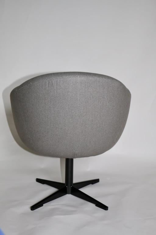 Fotel tapicerowany obrotowy Akul, proj. Aleksander Kuczma