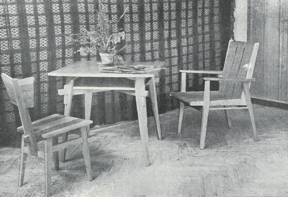 Fotografia z katalogu wzornictwa IWP 1954, na zdjęciu fotel, zydel oraz stolik z zestawu świetlicowego projektu Tadeusza Kasprzyckiego