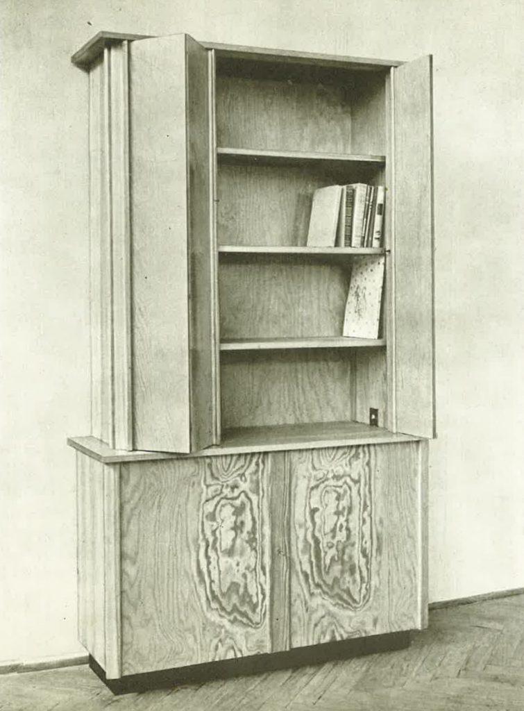 Fotografia z katalogu wzornictwa IWP 1954, na szafa biblioteczna z zestawu świetlicowego projektu Tadeusza Kasprzyckiego
