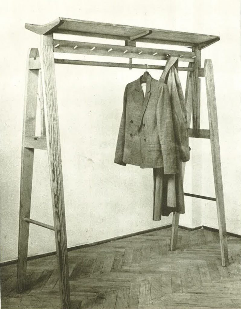 Fotografia z katalogu wzornictwa IWP 1954, na wieszak stojący z zestawu świetlicowego projektu Tadeusza Kasprzyckiego
