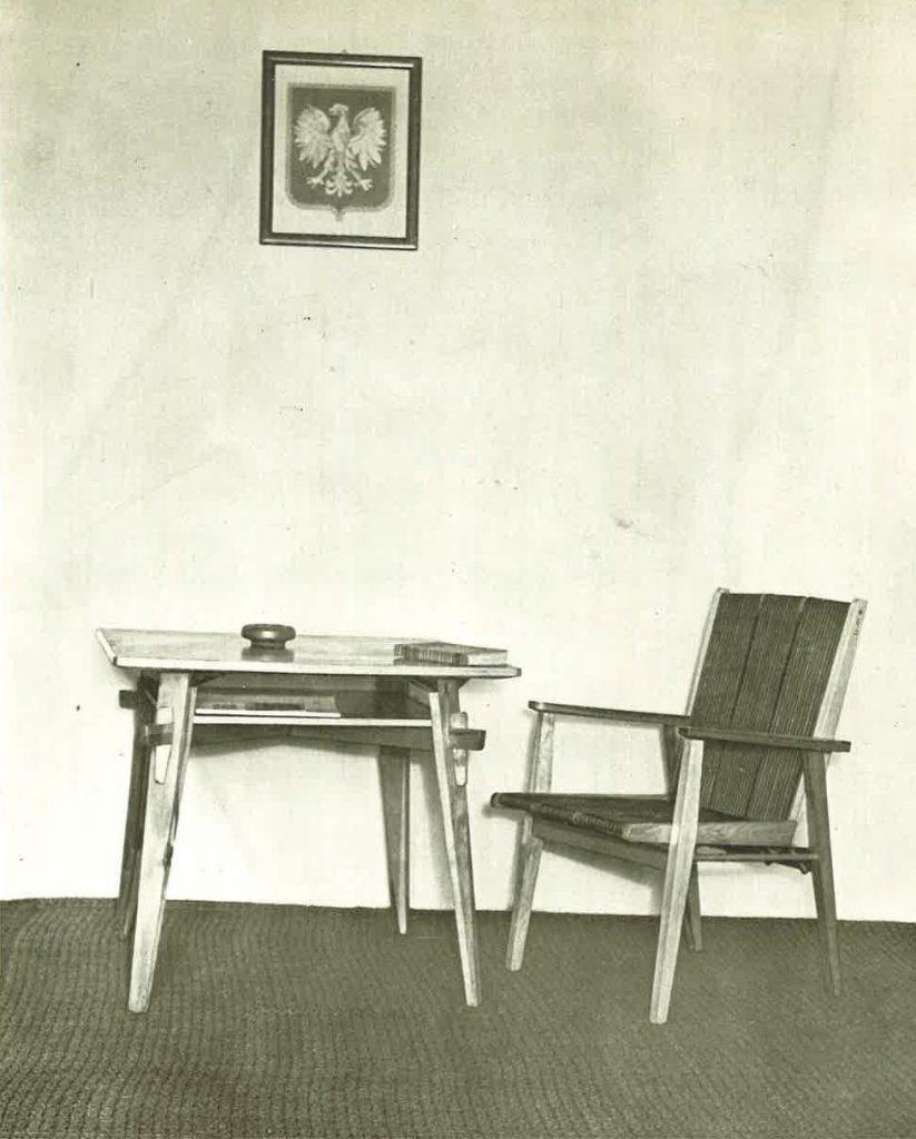 Fotografia z katalogu wzornictwa IWP 1954, na zdjęciu fotel oraz stolik z zestawu świetlicowego projektu Tadeusza Kasprzyckiego