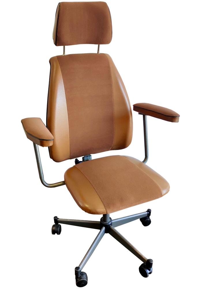 Fotel, przypuszczalnie o kodzie B-248 (patrz: etykieta), przeznaczony był do wykorzystania w gabinetach lekarskich. Stelaż z kółkami jezdnymi przypomina te stosowane w innych wyrobach Spółdzielni. Podobnie rzecz ma się z pozostałymi komponentami: siedziskiem, podłokietnikami czy płaskownikiem